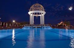Zwembad met deckchairs Royalty-vrije Stock Foto's