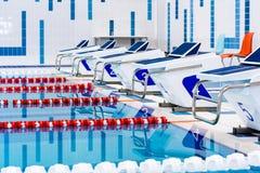 Zwembad met duidelijke rode en witte stegen Leeg zwembad zonder mensen met stil bevindend water royalty-vrije stock fotografie