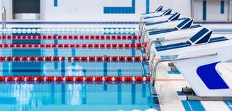 Zwembad met duidelijke rode en witte stegen Leeg zwembad zonder mensen met stil bevindend water royalty-vrije stock foto's