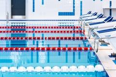Zwembad met duidelijke rode en witte stegen Leeg zwembad zonder mensen met stil bevindend water stock foto's
