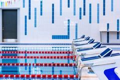 Zwembad met duidelijke rode en witte stegen Leeg zwembad zonder mensen met stil bevindend water stock afbeelding