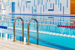 Zwembad met duidelijke rode en witte stegen Leeg zwembad zonder mensen met stil bevindend water royalty-vrije stock afbeelding