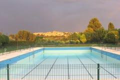 Zwembad met een mening in Toledo met donkere hemel, Spanje Stock Foto's