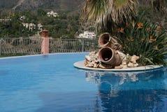 Zwembad met Eiland bij Mediterrane Toevlucht Royalty-vrije Stock Fotografie
