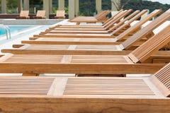 Zwembad met houten sunbeds Stock Afbeeldingen