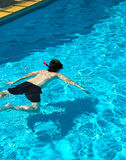 Zwembad met Jongen Stock Foto