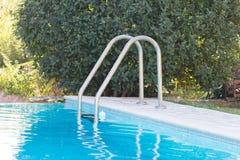 Zwembad met ladder stock foto