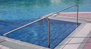 zwembad met ladder en de staalleuning in exclusief stock foto's