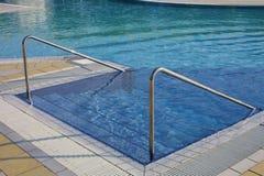 Zwembad met ladder en staalleuning in een kuuroord royalty-vrije stock foto's
