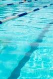Zwembad met lege stegen en heel wat copyspace Stock Afbeelding