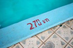 Zwembad met 2 70m diepteteller die in rood wordt geschilderd stock foto