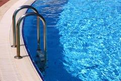 Zwembad met metaaltraliewerk Stock Foto's