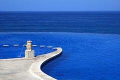 Zwembad met Overzeese Mening   Royalty-vrije Stock Afbeelding