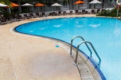 Zwembad met staalladder Stock Foto's