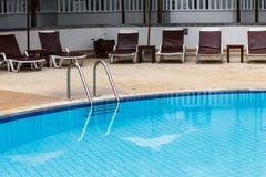 Zwembad met staalladder Royalty-vrije Stock Foto