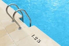 Zwembad met staalladder Royalty-vrije Stock Afbeeldingen