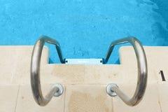 Zwembad met staalladder Royalty-vrije Stock Fotografie