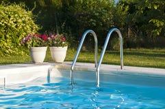 Zwembad met stappen Stock Afbeeldingen