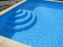 Zwembad met stappen stock afbeelding