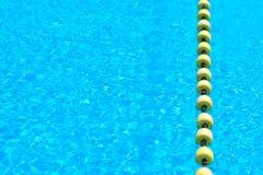 Zwembad met transparant water, met de gele lijn van de indicatorvlotter stock afbeelding