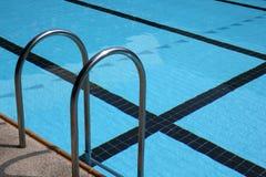 Zwembad met trede Stock Foto's