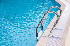 Zwembad met trede Stock Fotografie