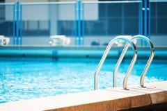 Zwembad met trede Stock Foto
