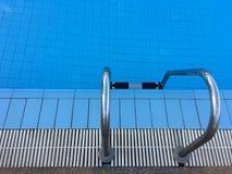 Zwembad met trede en blauw water Stock Afbeeldingen