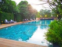 Zwembad met trede en houten dek bij aardige toevlucht stock fotografie