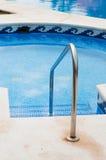 Zwembad met treden Stock Afbeeldingen