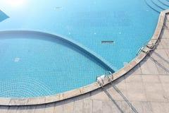 Zwembad met treden Stock Afbeelding