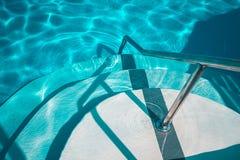 Zwembad met witte treden in het hotel royalty-vrije stock foto