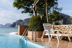Zwembad met zonlanterfanter Royalty-vrije Stock Afbeeldingen