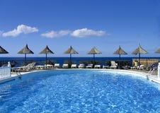 Zwembad met zonschaduwen Royalty-vrije Stock Foto