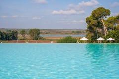 Zwembad in mooie luxetoevlucht stock fotografie
