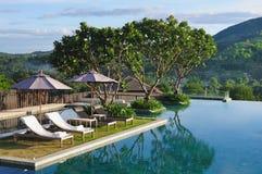 Zwembad naast bergen Stock Afbeelding
