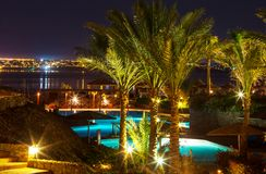 Zwembad in nacht Stock Afbeelding