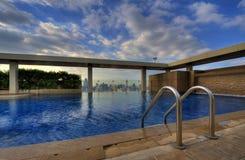 Zwembad op dakbovenkant Royalty-vrije Stock Afbeeldingen