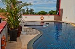 Zwembad op het dak van het hotel Royalty-vrije Stock Afbeeldingen