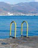 Zwembad op het strand stock foto's