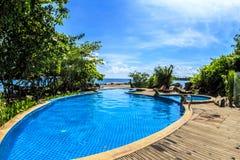Zwembad op het strand Royalty-vrije Stock Afbeeldingen