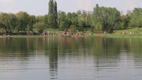 Zwembad op waterreservoir Benedikt in stad het meest stock video