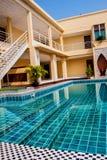 Zwembad openlucht in het tropische detail van de toevluchtmening in Thailand Stock Afbeeldingen