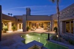 Zwembad tegen Modern Huis Royalty-vrije Stock Foto's