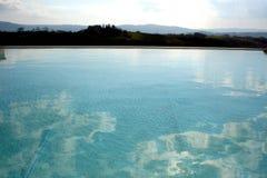 Zwembad in Toscanië royalty-vrije stock afbeeldingen