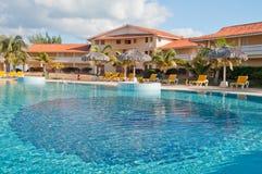 Zwembad in tropische toevlucht Stock Foto