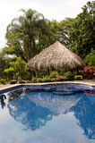 Zwembad in tropische tuin Royalty-vrije Stock Afbeeldingen