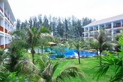 Zwembad tussen gebouwen, zonlanterfanters naast de tuin Royalty-vrije Stock Fotografie