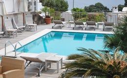 Zwembad van de luxevilla stock afbeeldingen