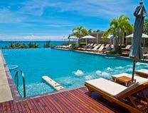 Zwembad van een hotel dichtbij het strand Pattaya Stock Afbeeldingen